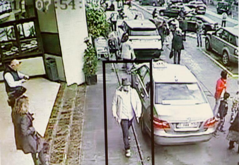 Mohamed Abrini, 'de man met het hoedje', wandelt na de explosies terug van   Zaventem naar Brussel. Twee weken later werd hij opgepakt in Anderlecht.    Beeld REUTERS