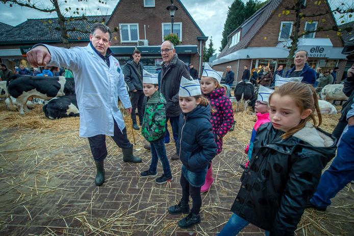 De allereerste kinderkeurmeesters van de Drutense Leste Mert in actie, samen met Leste Mert-voorzitter Martien Pardoel.
