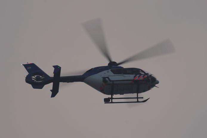 Politiehelikopter boven Blixembosch op zoek naar de man.