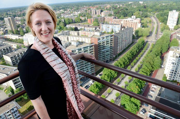Renate van Stigt op het balkon van haar appartement op 19 hoog, dat niet te huur is.