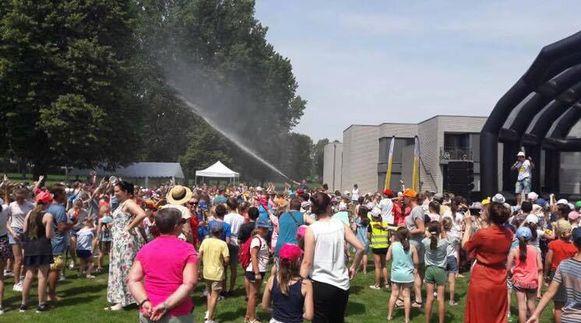 """De """"festivalgangers' kregen de nodige verkoeling via een heuse brandweerslang"""