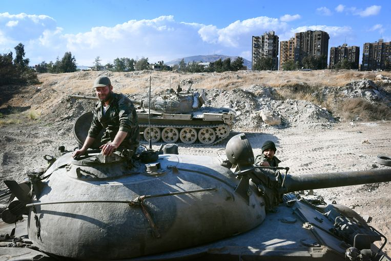 Soldaten op een T-55 tank nabij het Yarmouk-kamp in het zuiden van de Syrische hoofdstad Damascus. Beeld null