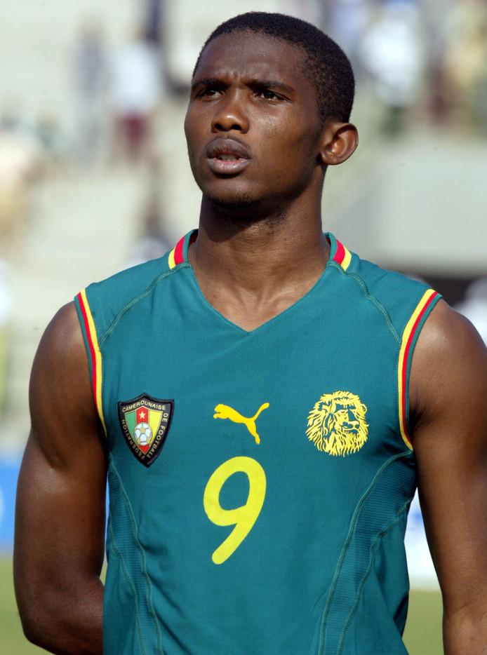 Samuel Eto'o in het mouwloze shirt van Kameroen.