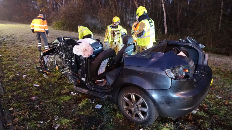 De bestuurder van deze auto moest door de brandweer bevrijd worden en werd naar het ziekenhuis gebracht.