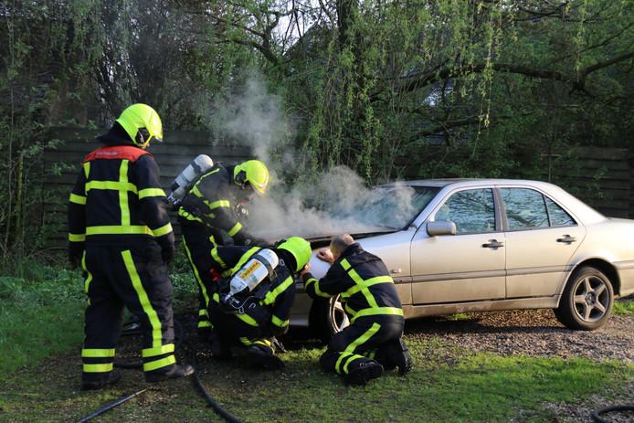 Auto in brand op de Zandsteeg.