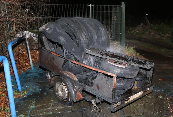 De brandweer kon de aanhanger met banden, die met opzet in brand was gestoken, snel blussen.