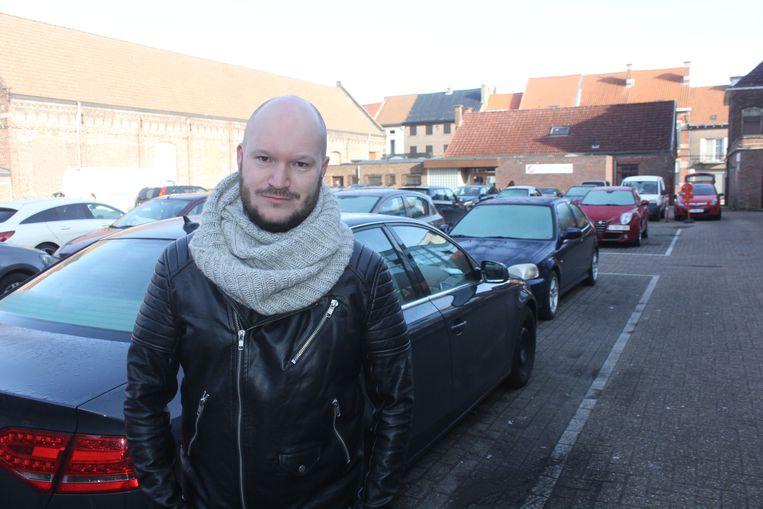 Ingmar Baeyens (Groen) op de parking in de Meuleschettestraat.