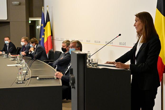 La Première ministre Wilmès, à l'avant-plan, jeudi, en conférence de presse