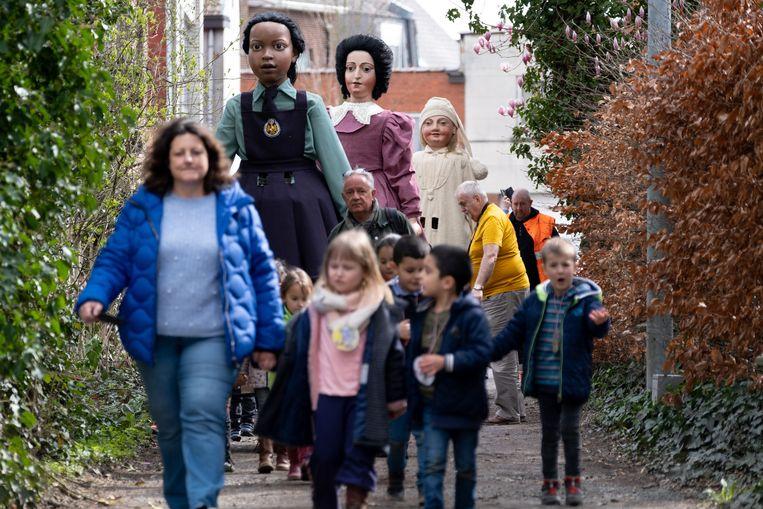 De Mechelse reuzen komen op bezoek bij basisschool Sint-Jozef Coloma.