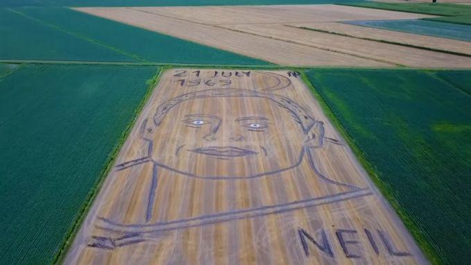 Italiaanse man maait foto van Neil Armstrong in gras voor 50 jaar maanlanding