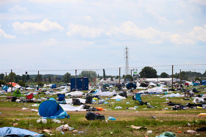 Het lijkt wel een slagveld: een verlaten camping vol achtergelaten kampeermateriaal en vuilnis na afloop van Rock Werchter.
