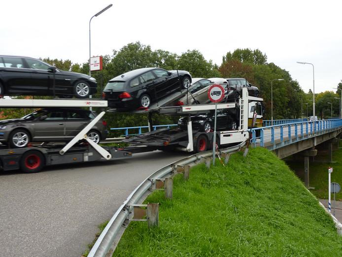Verbod vrachtverkeer Burgemeester Van 't Hoffweg Zwijndrecht massaal genegeerd.