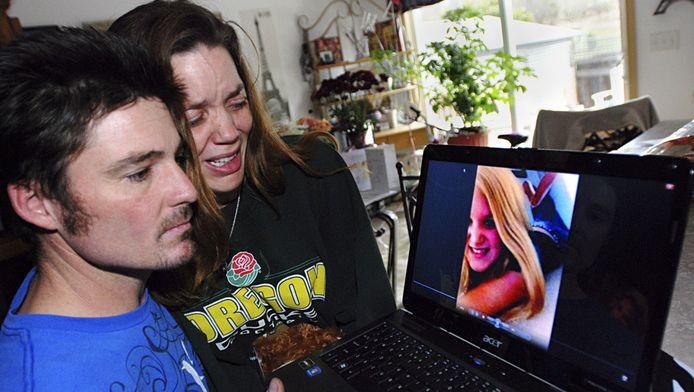 Loriann Earp (midden) huilt met haar man, Justin Earp, bij het zien van de foto van haar dochter.