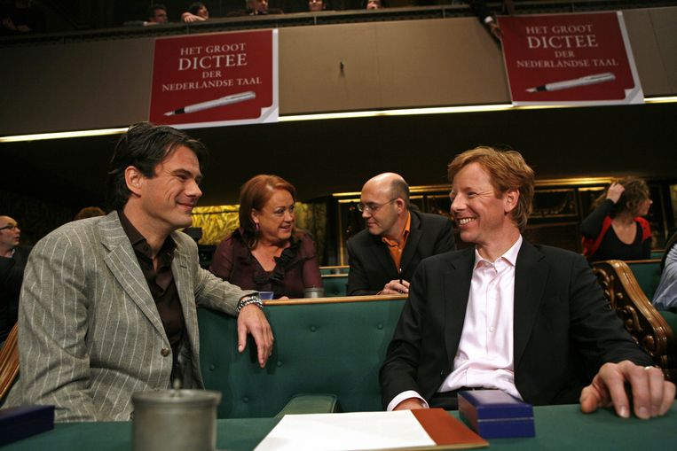 Jan-Hein Kuijpers (l) en Gerrit Hiemstra tijdens het groot dictee der Nederlandse taal weer plaats in de vergaderzaal van de Eerste Kamer der Staten-Generaal in Den Haag, december 2007. Beeld anp