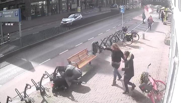 Man slaat in op voorbijgangers na verkeersruzie