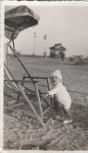 Theo Nijssen (1935) als kleine manneke aan de Zeekant
