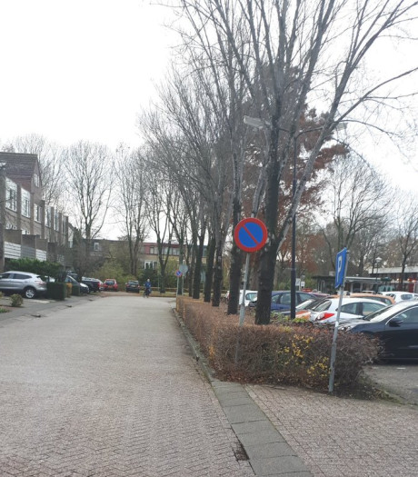 Politie bekeurt foutparkerende ouders bij basisschool in Mijdrecht