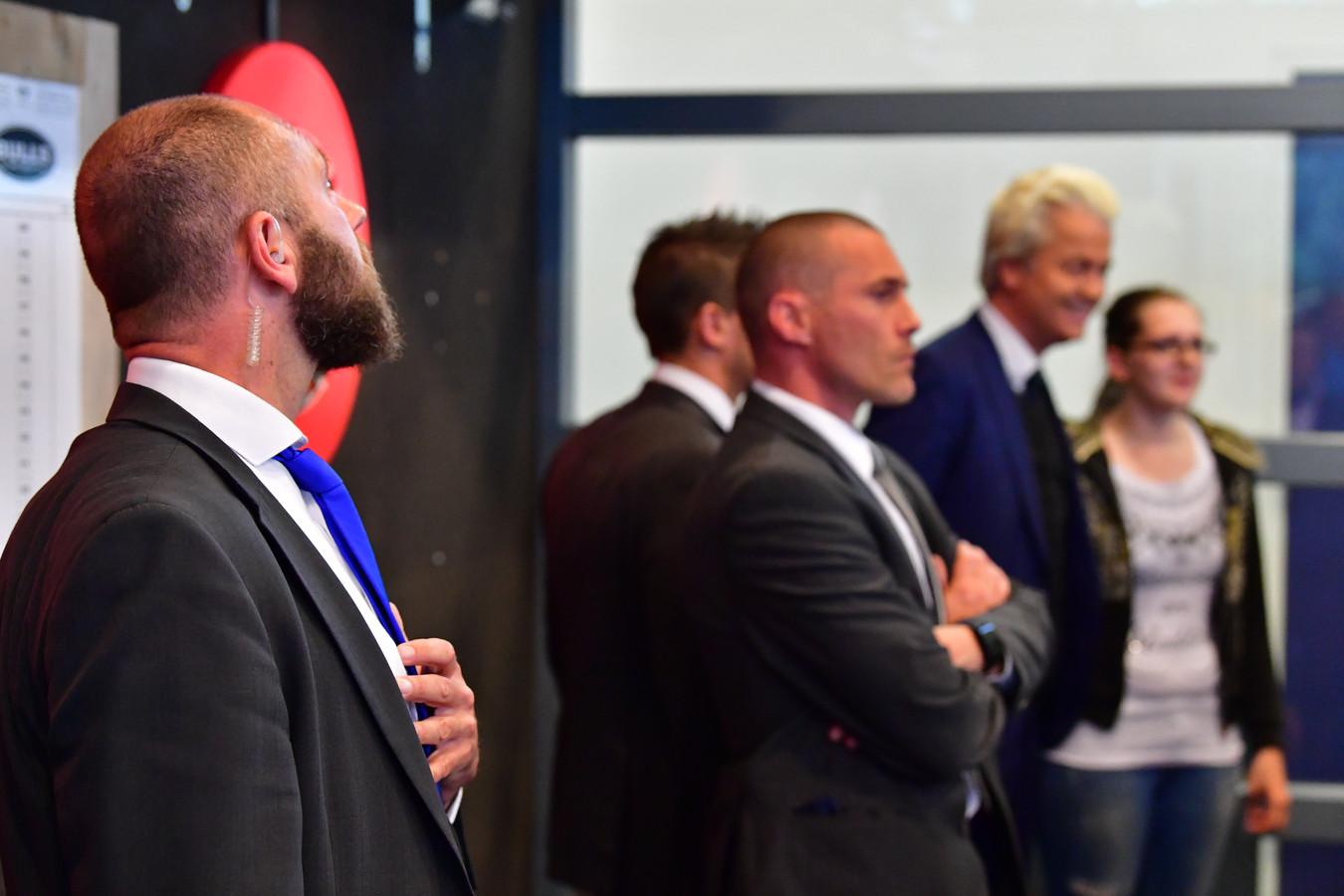 Beveiligers houden de omgeving van Geert Wilders in de gaten. Het bedrijf dat safehouses voor de politicus regelt, zou ook banden hebben met criminelen.
