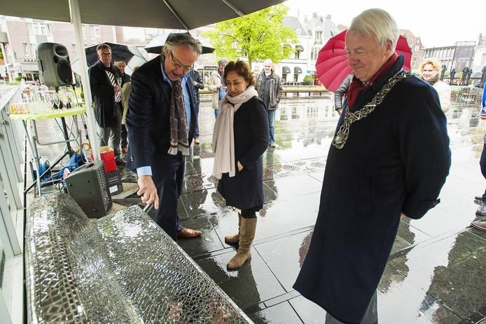 Joost Eijkens, Karin Bruers en burgemeester Peter Noordanus bekijken het 1000ste bèngske.