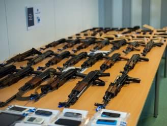 Politie vindt 21 Kalasjnikovs en 150.000 euro in garage