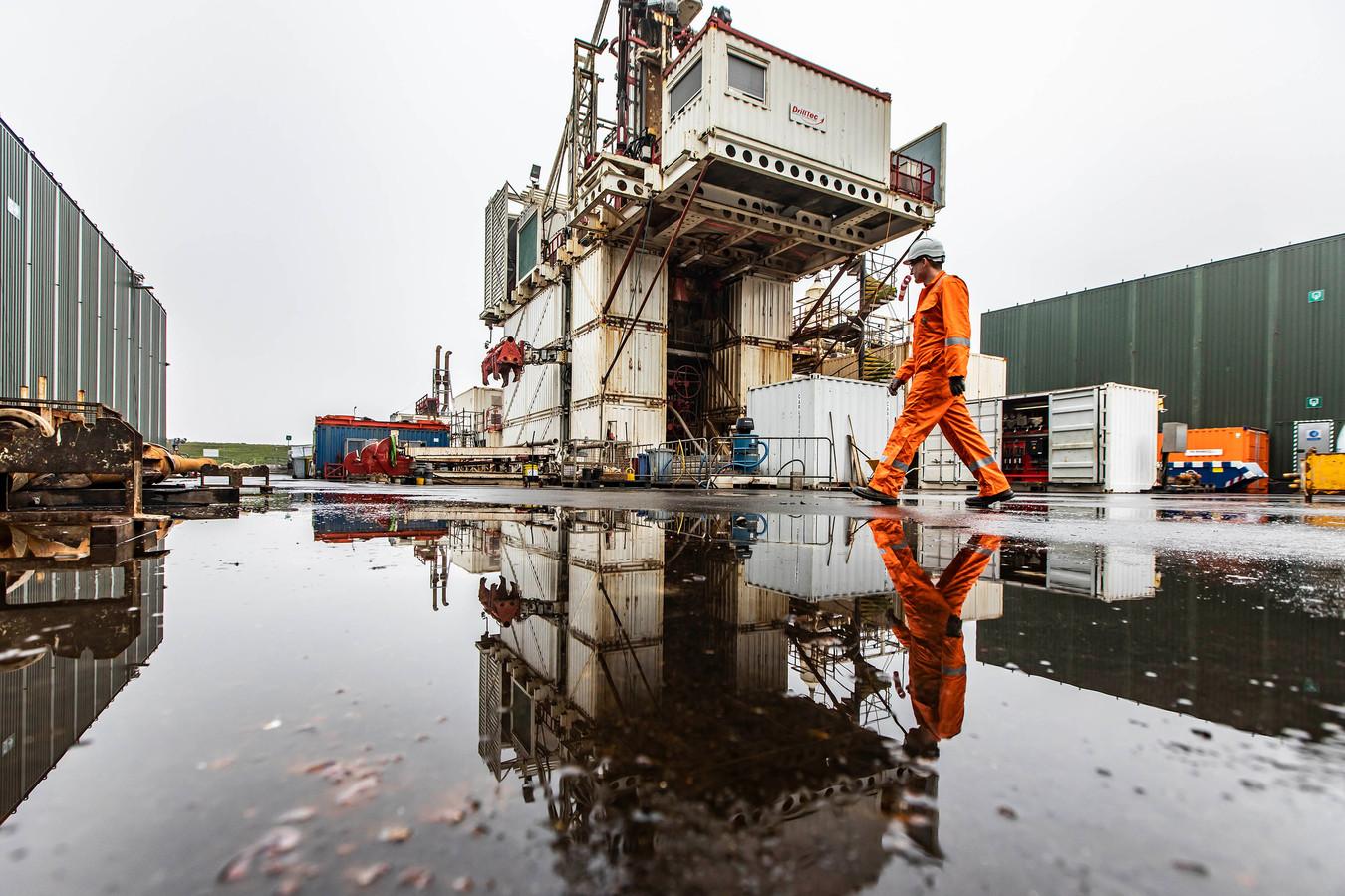 De boortoren bij Molenslag moet tot 650 meter de diepte in om bij de lekkende gasput te komen.