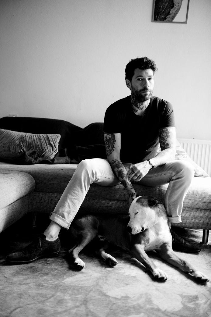 Schrijver Henk van Straten uit Eindhoven, samen met zijn hond Vinnie. Van Straten is de schrijver van het Brabants Boek Present.