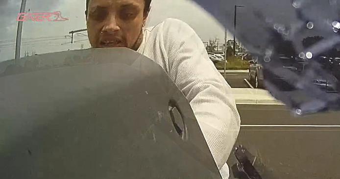 La caméra cachée d'une voiture permet d'identifier un voleur.