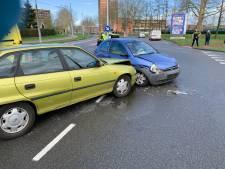 Auto's zwaar beschadigd na botsing in Arnhem