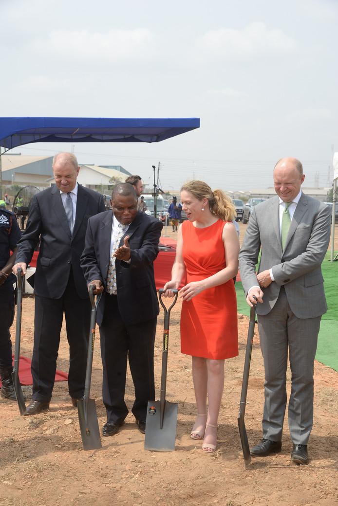 Minister Carola Schouten bij de toekomstige fabriek van De Heus in Ghana