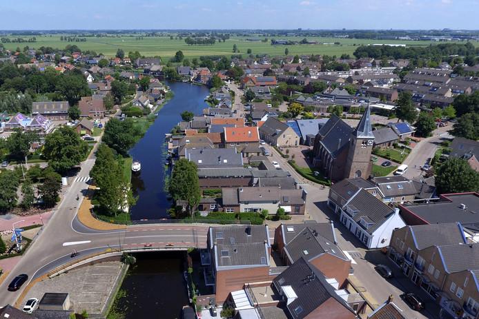Giessenburg vanuit de lucht. Het riviertje de Giessen kronkelt door zijn