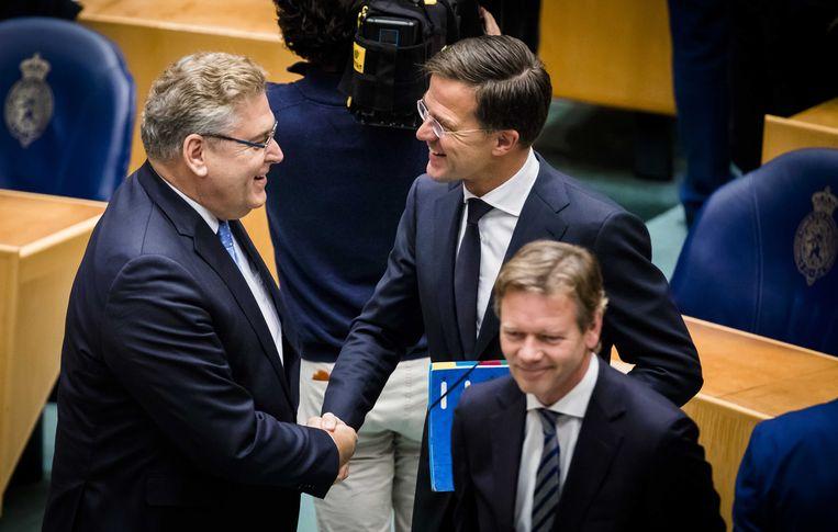 50Plus-leider Krol krijgt een hand van premier Rutte. Beeld anp
