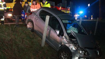 Auto belandt in weide na botsing, bestuurster en passagiers lichtgewond