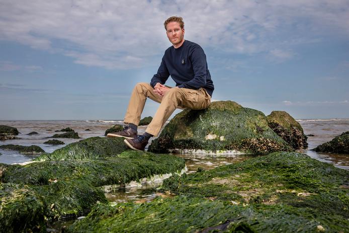 De Westlandse acteur Sander Jan Klerk op het strand van Ter Heijde.
