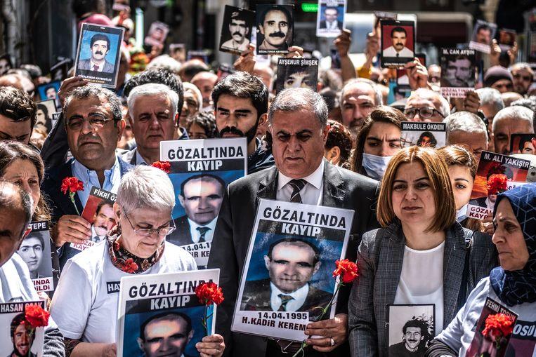 De Zaterdagmoeders, die protesteren vanwege hun verdwenen zonen in de jaren negentig. Tegenwoordig zijn gedwongen verdwijningen weer terug.  Beeld Joris Van Gennip