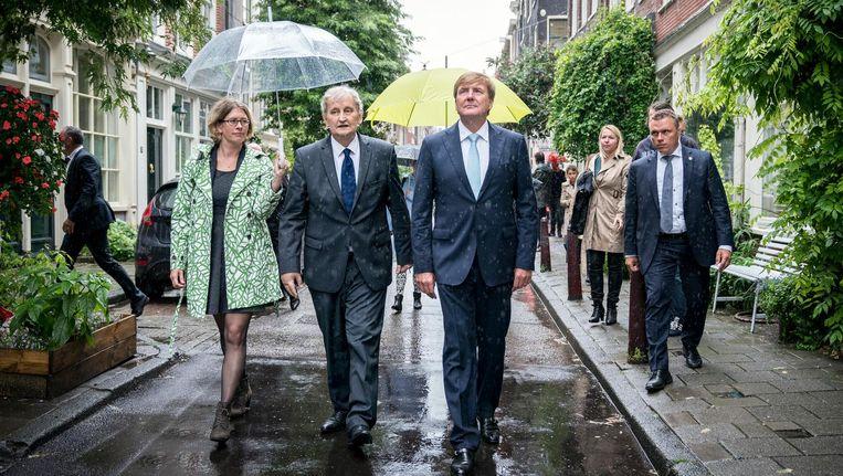 Koning Willem-Alexander samen met burgemeester Eberhard van der Laan. Beeld anp