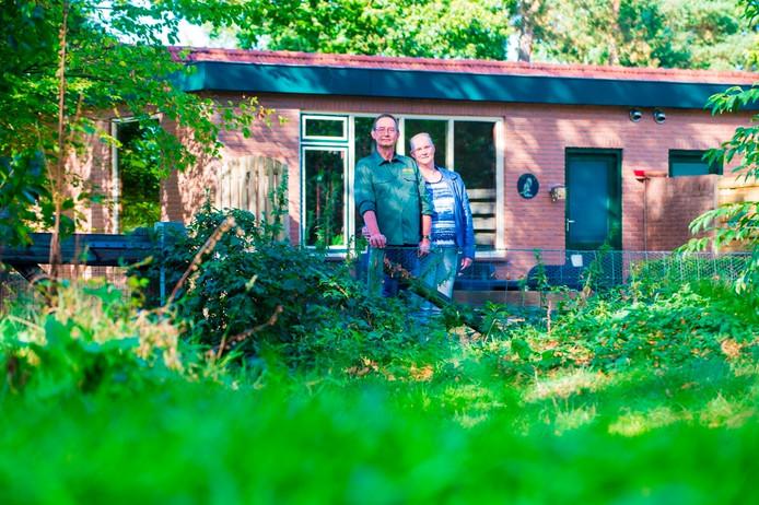 Campingeigenaren Caitwickerzand krijgen een 2 meter hoog hek vlak langs hun bungalows, die juist verhuurd worden omdat het midden in de natuur ligt. Foto: Maarten Sprangh