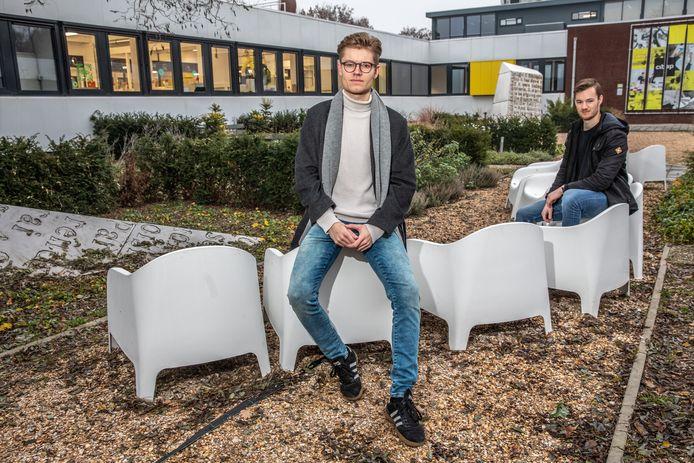 Voorzitter Wouter Wolfkamp (voorgrond) en bestuurslid Ids Heij van de nieuwe studentenvereniging voor de creatieve sector in Zwolle