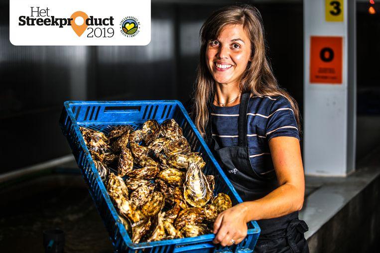 Kim Puystjens met een verse lading oesters.