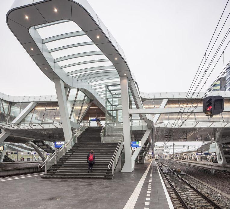 De elegante curves van de hal van Arnhem Centraal, het meest wulpse van alle nieuwe stations in Nederland. Beeld Harry Cock