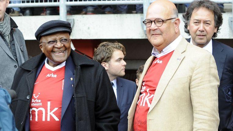 Gehuld in een shirt van FC Twente wordt aartsbisschop Desmond Tutu voorgesteld aan de spelers van FC Twente. Beeld anp