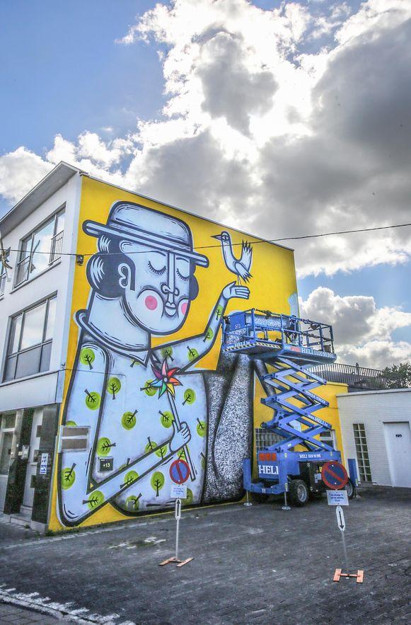 'De Dromer' van kunstenaar Joachim Lambrechts op een muur aan school De Gulleboom in de Koning Fabiolastraat in Gullegem.