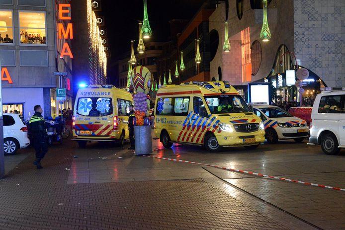 De hulpdiensten na de steekpartij op de Grote Marktstraat. Het was erg druk die avond vanwege Black Friday