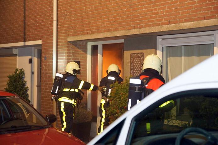 Door de opengebroken deur kon de brandweer het vuur bestrijden