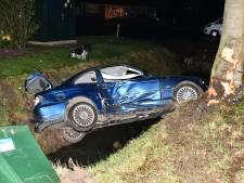 Auto belandt hangend boven sloot na verkeersongeluk