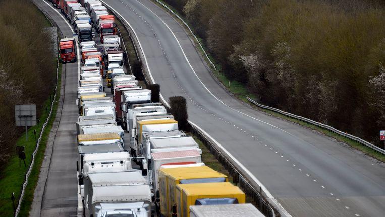 Vrachtwagens blokkeren een weg in Wallonië. Beeld photo_news