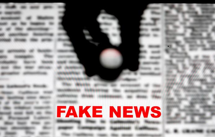 Een illustratief beeld van nepnieuws, fake news in het Engels, dat onder de loep wordt genomen.