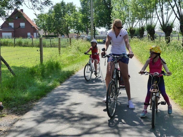 Ann Wauters en haar dochter Lou gaan fietsen met Alice Devooght.