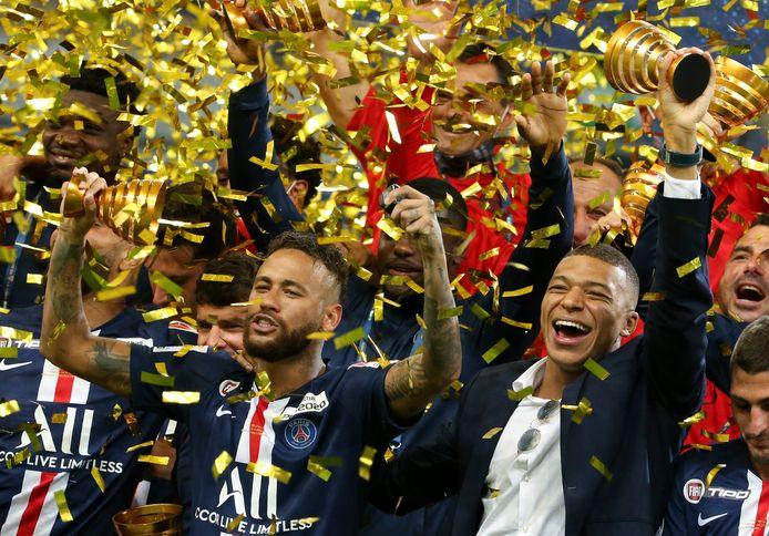 Neymar is blij met de winst van de beker.