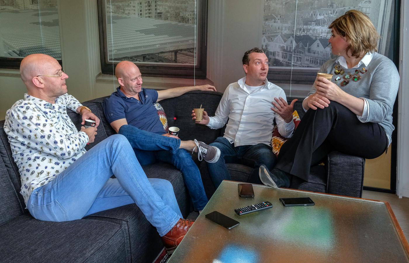 TV-columniste Angela de Jong (r) en verslaggevers Dennis Jansen (2e van l) en Gudo Tienhooven (2e van r) spreken over de opvallendste gebeurtenissen in de mediawereld. De presentatie is in handen van Alexander van Eenennaam (l), coördinator van de media- en cultuurredactie.