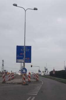 Verkeerslichten A15 Andelst verfijnder afgesteld en gelinkt aan spoorwegovergang